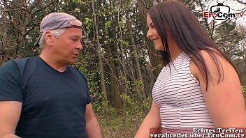 Deutsche brünette Prostituierte bumst Opa outdoor