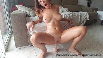 universitaria cachonda se masturba por el culo