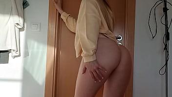 Rubia preciosa haciendo su primer sexo oral