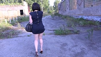 Girl fingering on the street, and then in a tight dress without panties walks in a public park and demonstrates a naked ass.