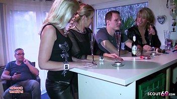 Drei reife deutsche Frauen ficken mit jungen Typen zusammen auf einer Party in Bochum - German Mom