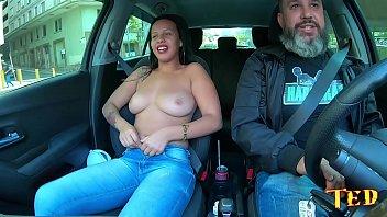 A novinha safada morre de rir com a reação dos homens ao verem ela pelada no carro