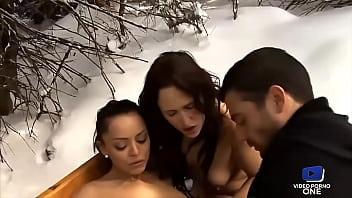 Ces deux belles salopes font fondre la neige tellement elles sont chaudes