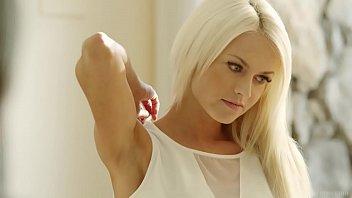 Masseus Talia massages her MILF client Lena