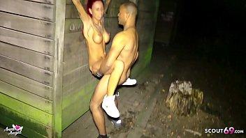 Deutsche rothaarige Anni Angel treibt es in Hamburg auf dem Hof mit fremden schwarzen Typen