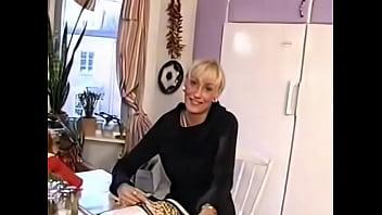 blond gamle fandened i kokkenet...