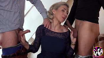 Threesome for the first time for this beauty woman