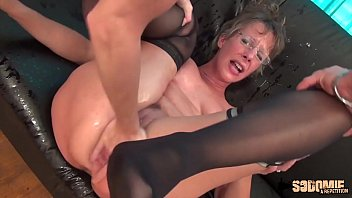 Mature amateur woman squirts during her anal gangbang !