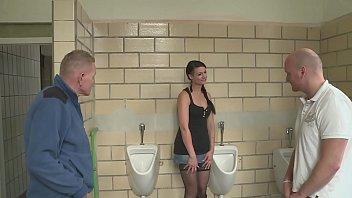 Öffentliche Piss Blonde Toilette Woman urinated