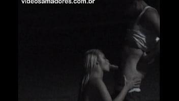 Voyeur flagra casal fazendo sexo oral descaradamente na praia a noite