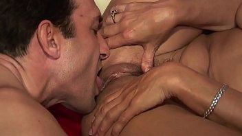 Uomo maturo va a trovare la collega e lei l'accoglie nuda e bagnata