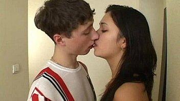 Hermano y hermana adolescentes tienen sexo en el pasillo - WWW.FAPLIX.COM