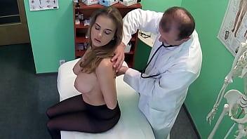 Un faux docteur baise son patient avec d'énormes seins