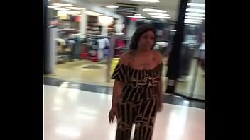 Bunda gigante passando no shopping