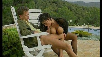 Tiziana Redford en lingerie noire...