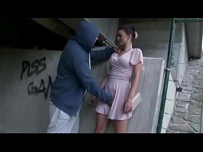 Парень снял брюнетку на улице и трахнул под мостом