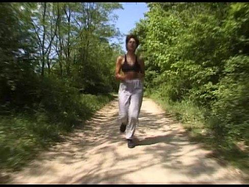 Im wald gefickt joggerin Maskierter Mann