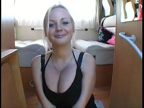 Blonde amateur avec des énormes seins à la cam