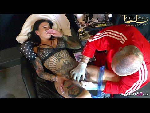Mädchen mit Tattoos auf ihren Muschis