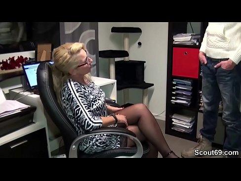 Big Tit Boss fickt Mitarbeiter